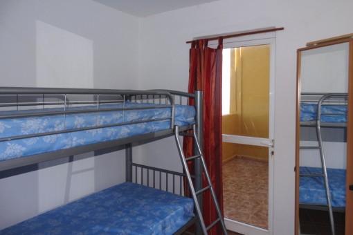 Otra habitación con una cama alta