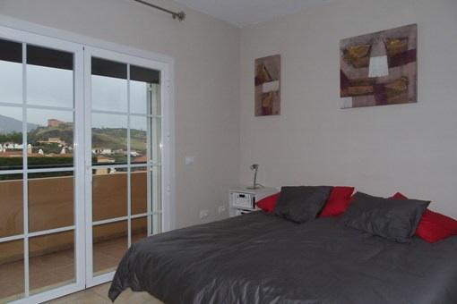 Dormitorio principal con vistas a las montañas