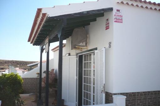 Puerta exterior del salón
