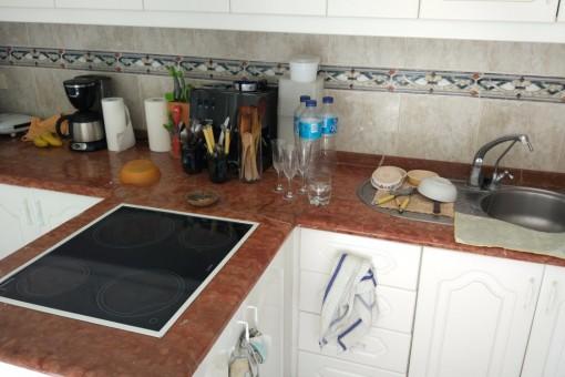 Cocina abierta conectada con segundo patio y sala de estar