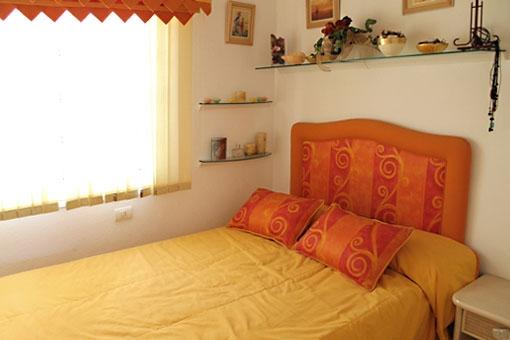 Luminoso dormitorio con una cama de matrimonio