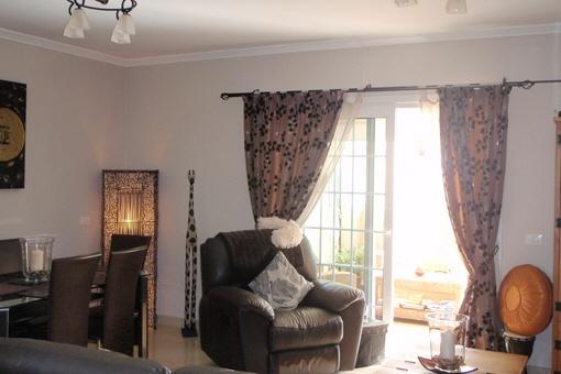 Moderna sala de estar con acceso a la terraza