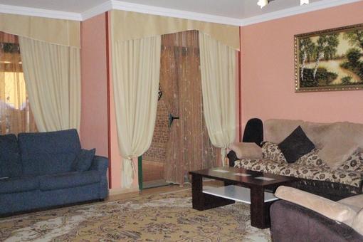 Amplio salón con acceso a la terraza