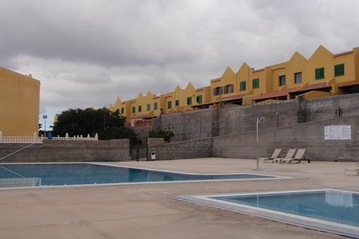 Amplia zona de piscina