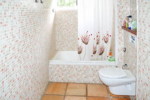 Vista alternativa del baño con bañera