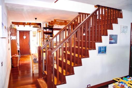 Escalera de madera a la planta superior