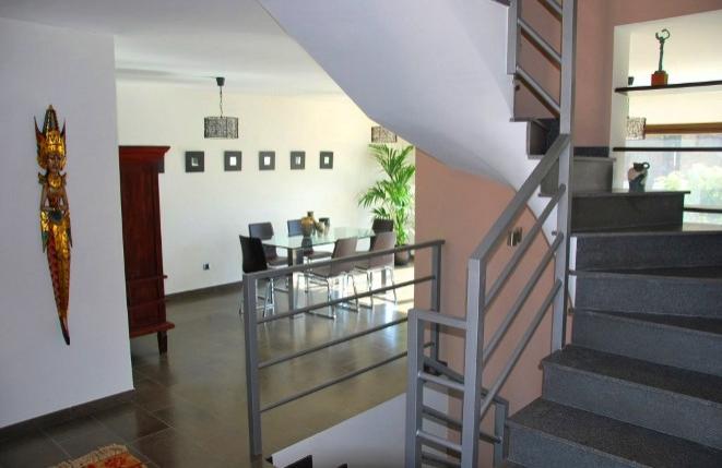 Vista de la escalera y el comedor