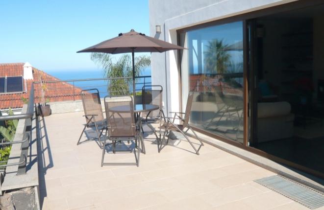 Terraza junto a la sala de estar con vista al mar