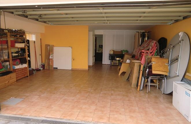 Muy amplio garaje con espacio de almacenamiento