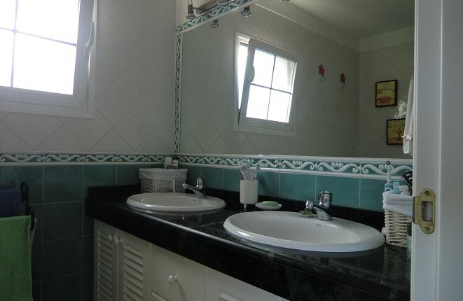 Moderno cuarto de baño con dos lavabos