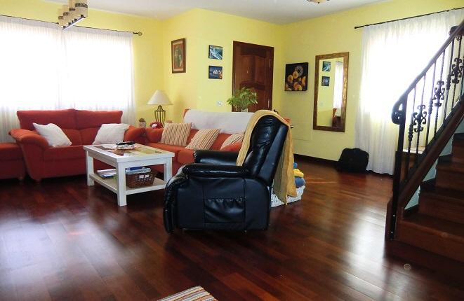 Salón elegante con sofás y sillones