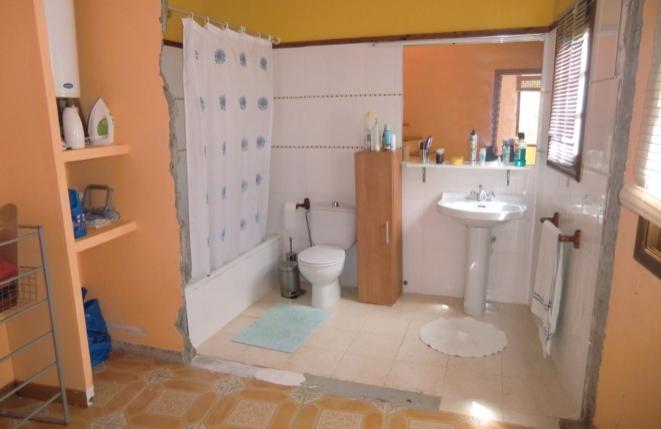 Amplio cuarto de baño con bañera