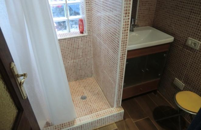 La ducha y el inodoro en el baño