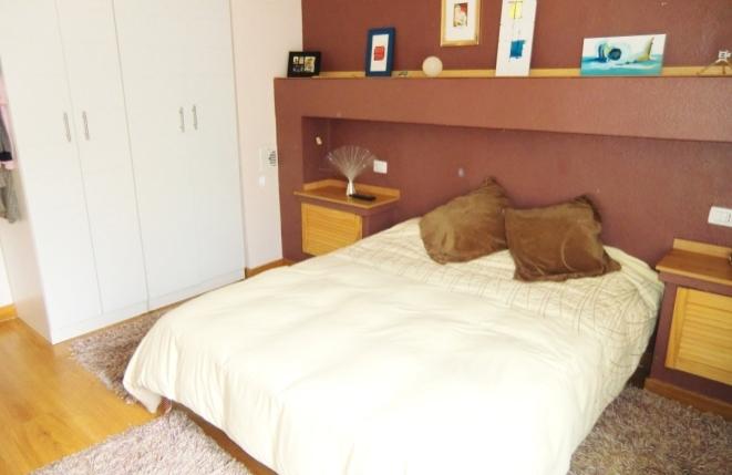 Luminoso dormitorio con armarios empotrados