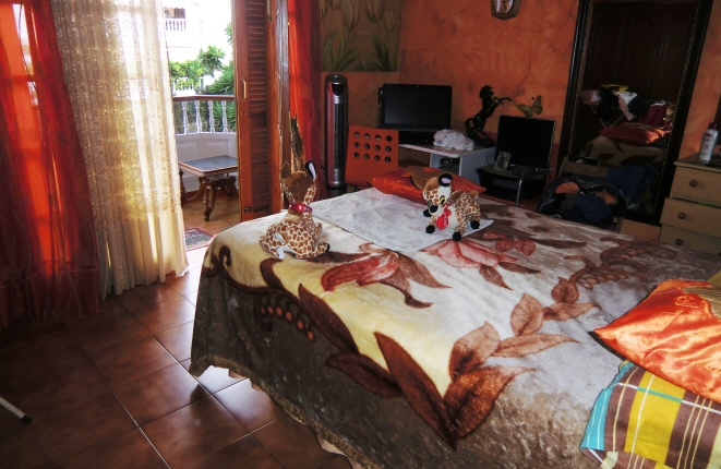 Dormitorio principal con balcón privado