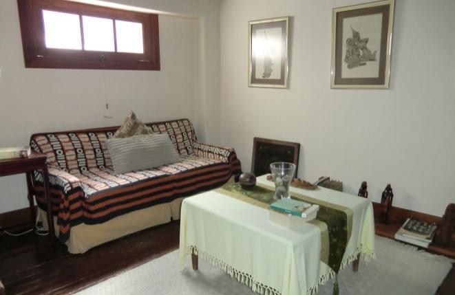 Esquina acogedora con sofá y mesa auxiliar