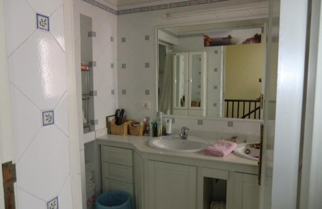 Baño compartido con un gran espejo
