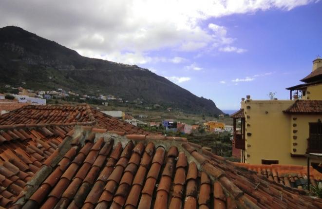 Vistas maravillosas desde la azotea al paisaje montañoso y al mar