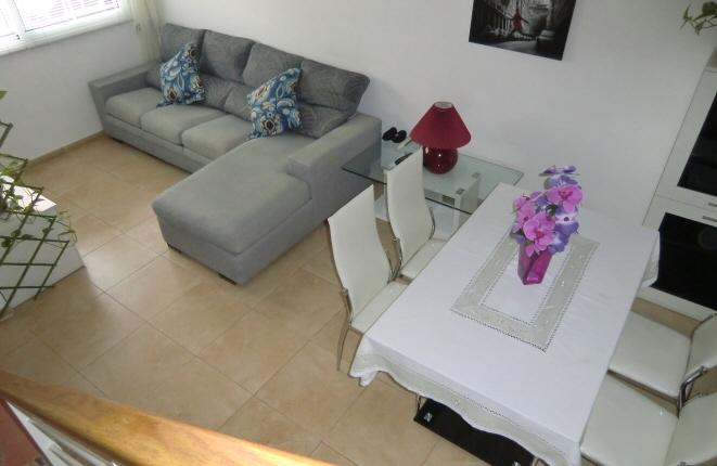 Sala de estar moderna con comedor