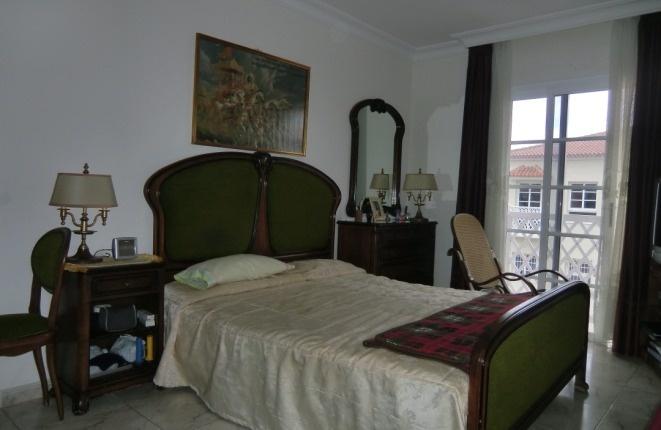 Dormitorio con balcón pequeño