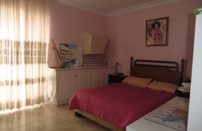 Otro dormitorio con armario empotrado
