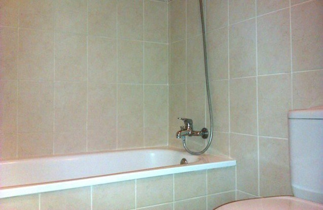 Cuarto de baño luminoso con bañera