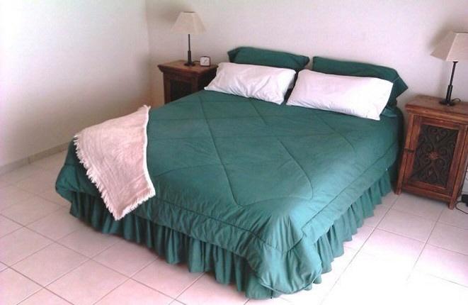 Habitación luminosa con cama grande