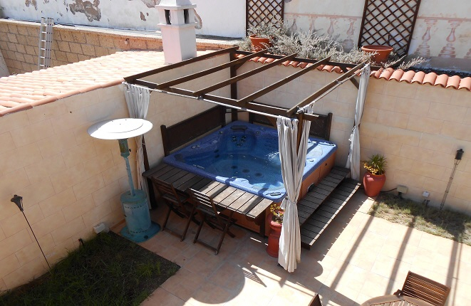 Amplia terraza con jacuzzi para relajarse