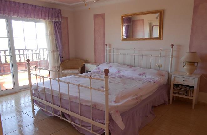 Luminoso dormitorio con cama doble
