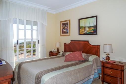 Luminoso dormitorio con vistas al área de piscina