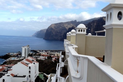 Apartamento con enorme azotea y vistas a la  La Gomera, acantilados de Los Gigantes y al mar