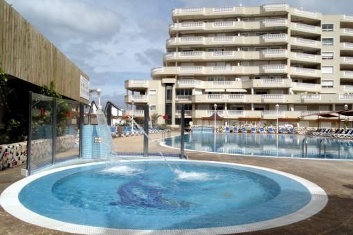 Bonito apartamento amueblado con gran terraza con vistas al mar y los acantilados, muy bien situado