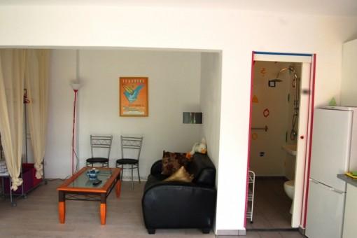 Vista a la acogedora sala de estar