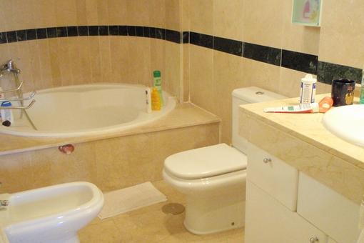 Uno de los cuartos de baño con bañera redonda hermosa