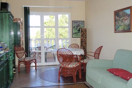Acogedora sala de estar con comedor y acceso a la terraza