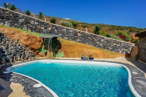 Soleada zona de piscina