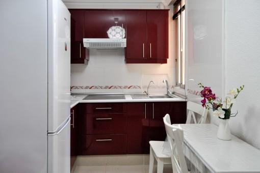 Cocina totalmente equipada en roja